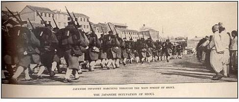 Japanese infantry marching through the main street of Seoul. By Hare, James H., 1856-1946. ed [Public domain], via Wikimedia Commons