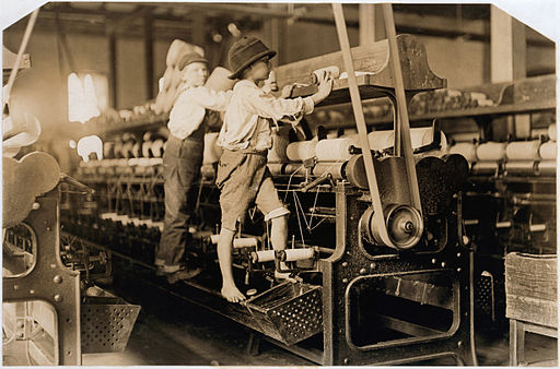 Children working in a mill in Macon, Georgia. 1909. By Lewis Hine [Public domain], via Wikimedia Commons.