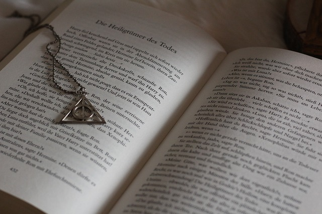 Harry Potter The Deathly Hallows, wand, stone, cape symbol