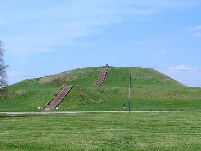 Monks Mound, the largest earthen structure at Cahokia. By Skubasteve834 (EN.Wikipedia) [GFDL or CC-BY-SA-3.0], via Wikimedia Commons