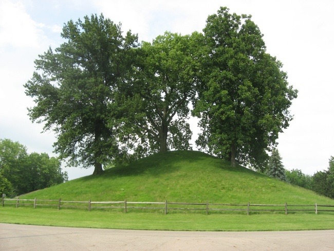 Western side of the Enon Mound, located inside of Mound Circle in Enon, Ohio, United States. By Nyttend - Own work, Public Domain, via Wikimedia Commons.